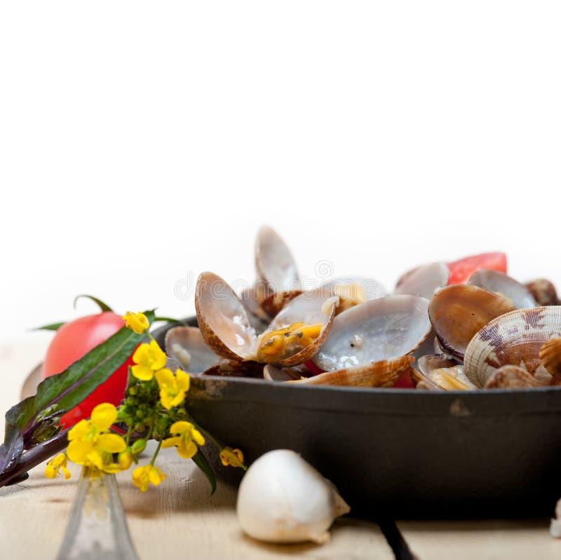 Nya musslor på en järnkastrull arkivfoto