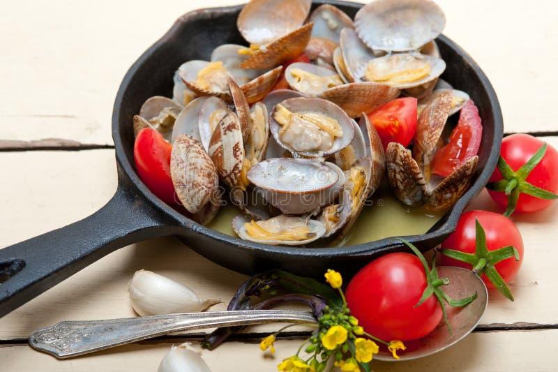 Nya musslor på en järnkastrull arkivfoton