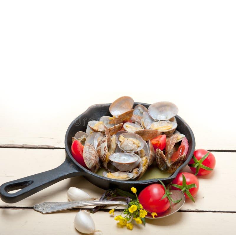 Nya musslor på en järnkastrull arkivbilder