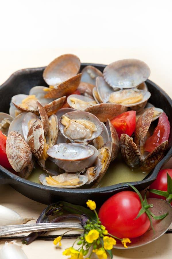 Nya musslor på en järnkastrull royaltyfri foto