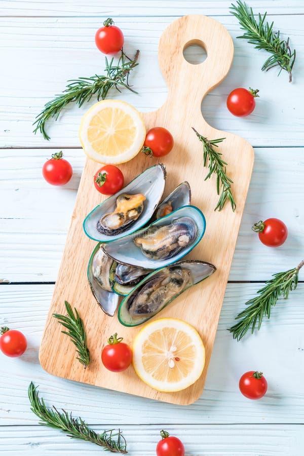 nya musslor på träbräde arkivbild