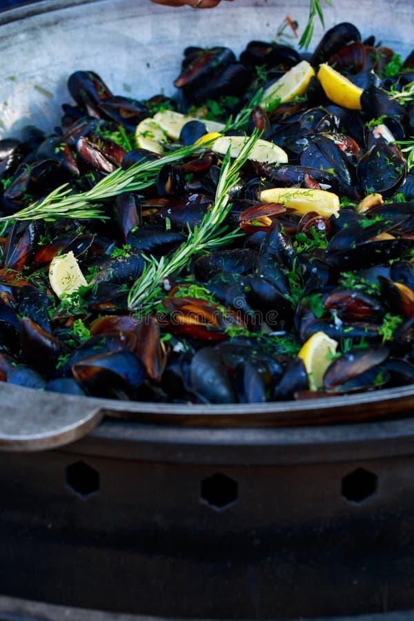Nya musslor p? gallerpannan fotografering för bildbyråer