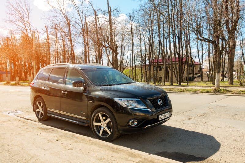 Nya Nissan Pathfinder som parkeras i förorternagata av den Smolensk staden royaltyfria foton
