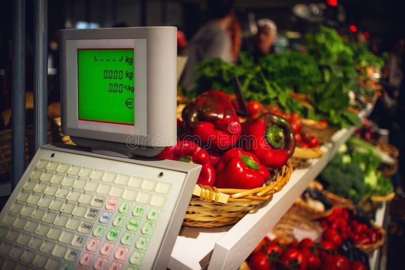 Nya och smakliga röda peppar och sallad på ett stånd i Italien royaltyfri bild