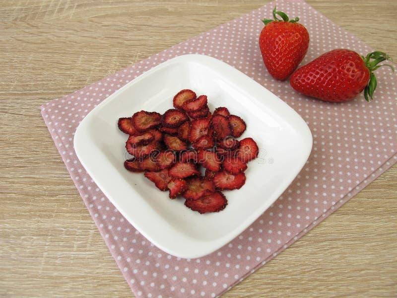 Nya och torkade jordgubbar royaltyfri bild