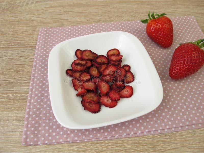 Nya och torkade jordgubbar arkivfoton