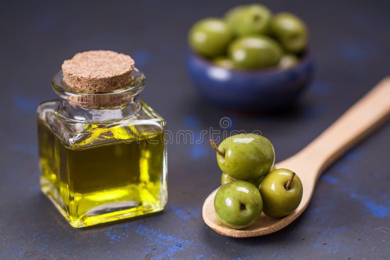 Nya oliv med ren olivolja fotografering för bildbyråer