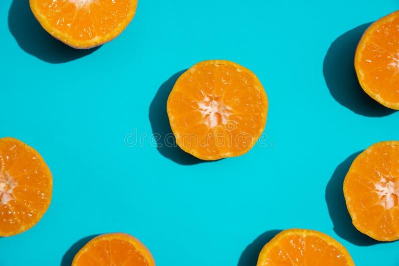 Nya orange skivor för bästa sikt på ljus blå bakgrund kopiera avstånd Idérikt sommarbegrepp Halva av citruns i minsta arkivfoton