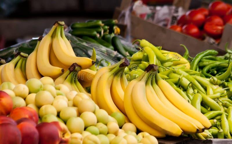 Nya organiska banan, persika, nektarin och peppar fotografering för bildbyråer