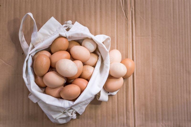 Nya organiska fega ägg i tygpåsen royaltyfri fotografi