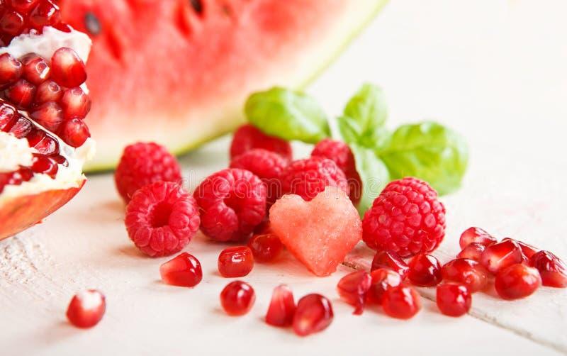 Nya organiska frukter och berrys royaltyfria bilder