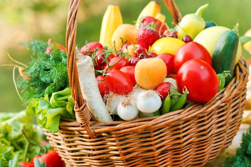 Nya organiska frukter och grönsaker royaltyfri fotografi