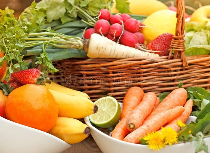 Nya organiska frukter och grönsaker i vide- korg arkivbild