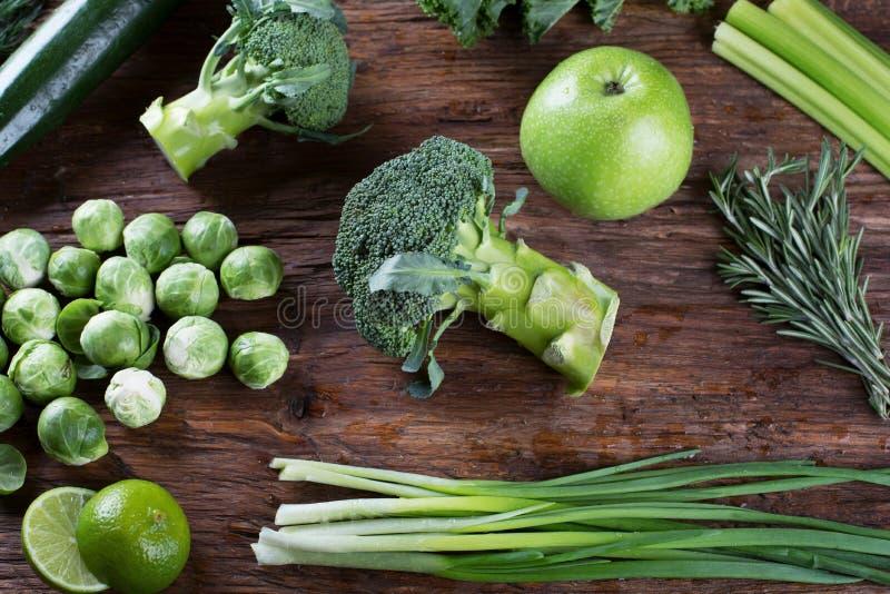 Nya organiska gröna grönsaker fotografering för bildbyråer