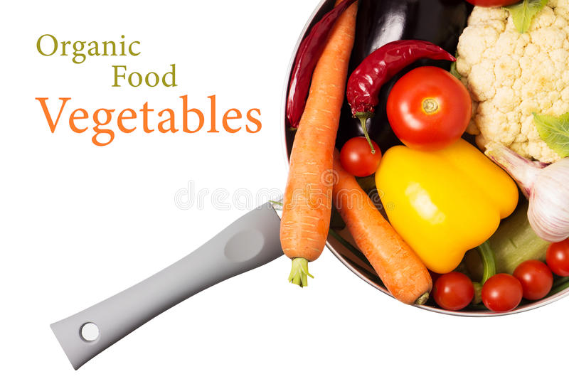 Nya organiska grönsaker i en kruka på vit arkivbilder