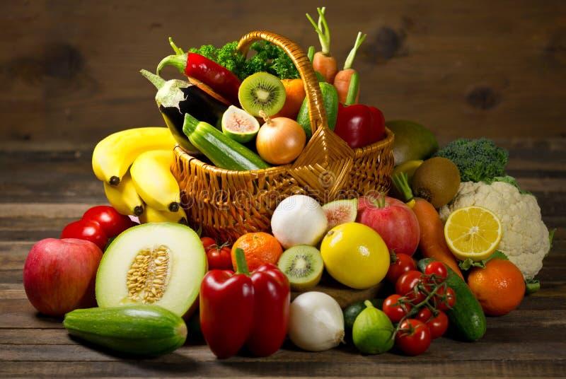 Nya organiska grönsaker och frukter royaltyfria foton