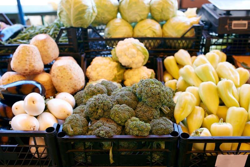 Nya organiska grönsaker och frukter på försäljning på den lokala bondesommaren marknadsför utomhus holdingen för nya händer för m arkivbilder