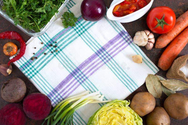 Nya organiska gr?nsaker Produkter för förberedelsen av ukrainsk borscht Fritt utrymme f?r ditt projekt royaltyfri bild