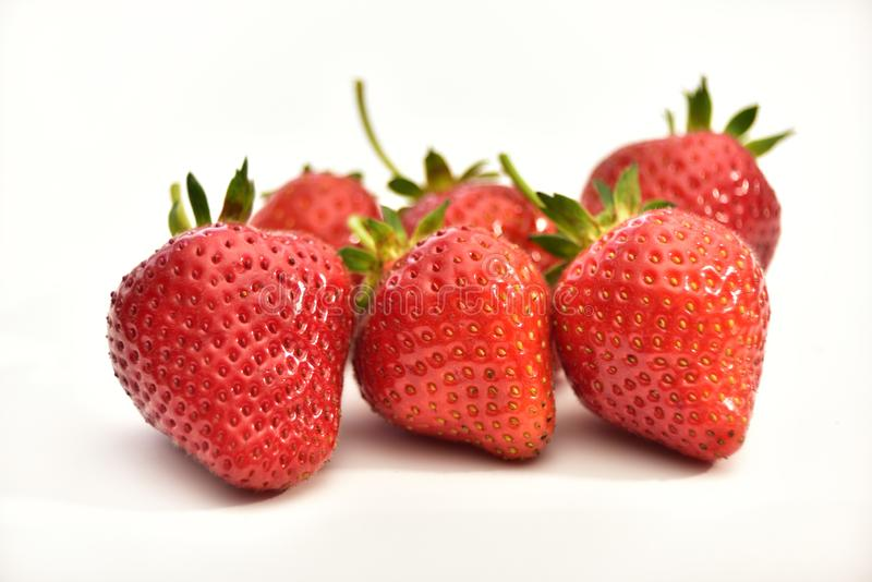 Nya organiska jordgubbar som isoleras på vit bakgrund royaltyfri fotografi