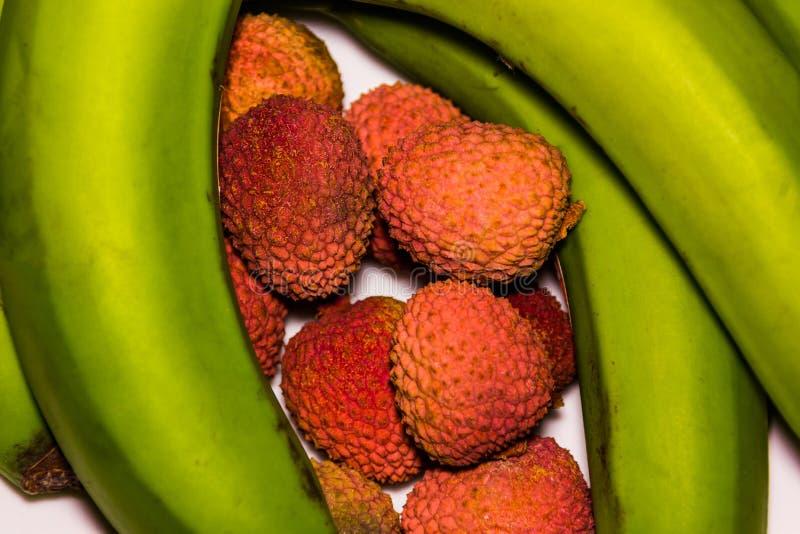 Nya organiska litchiplommonfrukt- och gräsplanbananer fotografering för bildbyråer