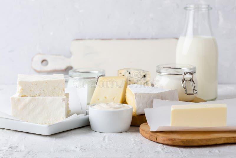 Nya organiska mejeriprodukter Ost smör, gräddfil, yoghurt och mjölkar royaltyfri foto