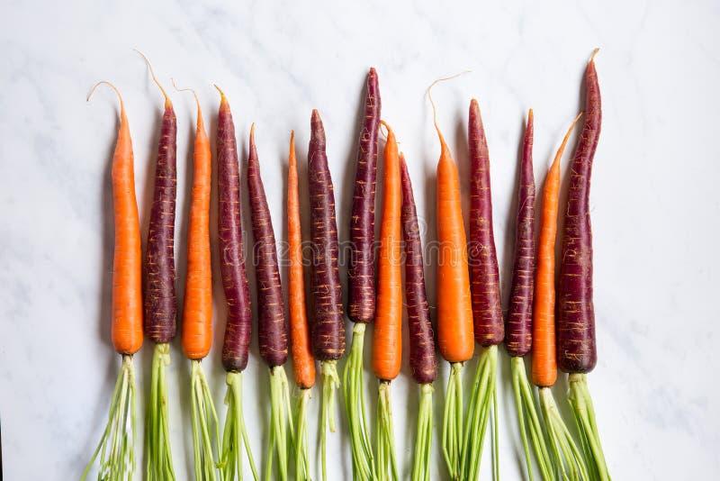 Nya organiska morötter på marmoryttersida fotografering för bildbyråer