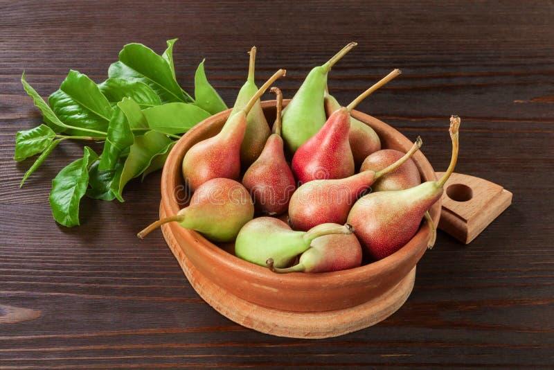 Nya organiska päron i en keramisk platta royaltyfri bild