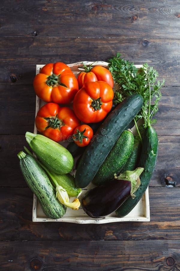 Nya organiska självodlade grönsaker royaltyfri fotografi