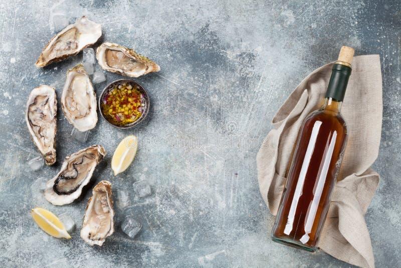 Nya ostron och vitt vin arkivfoto