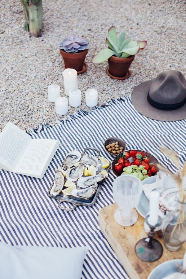 Nya ostron på metallmagasinet på picknicken royaltyfria foton