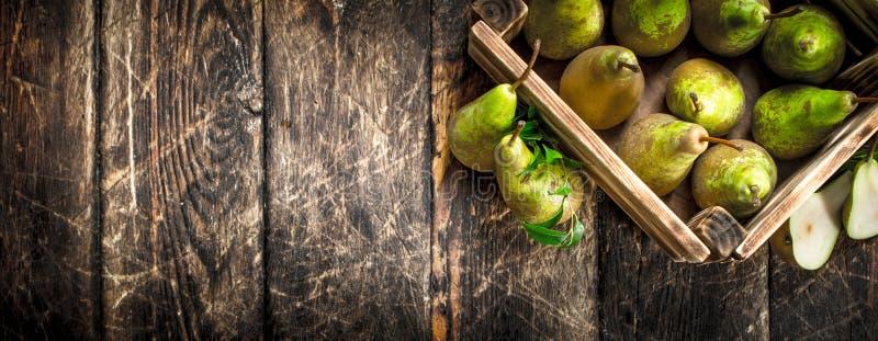 Nya päron i en ask arkivfoto