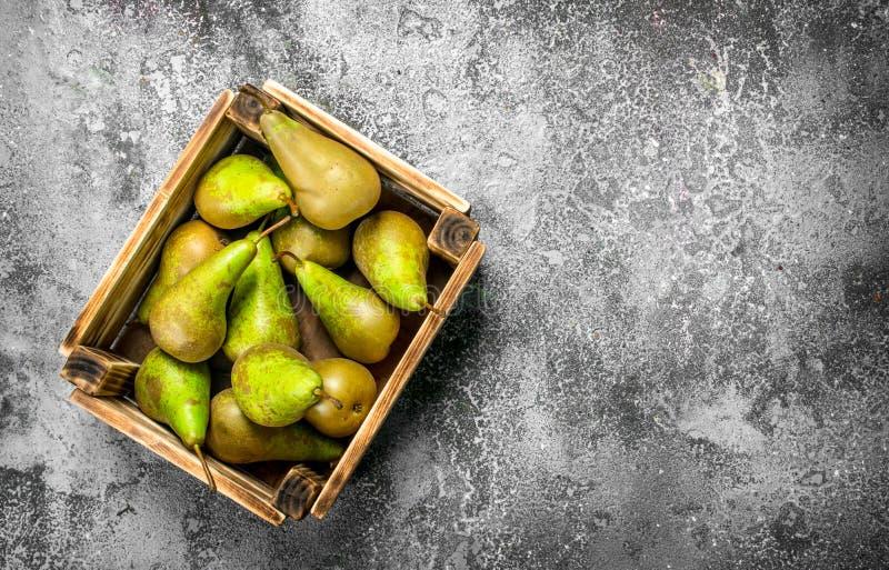 Nya päron i en ask royaltyfria foton