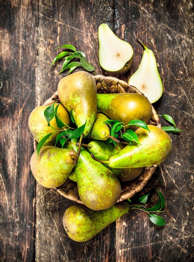 Nya päron i en korg royaltyfria bilder