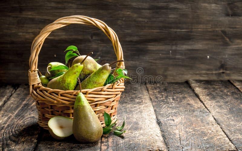 Nya päron i en korg royaltyfri foto
