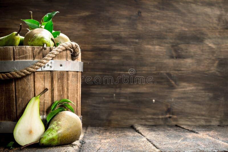 Nya päron i en trähink royaltyfri fotografi