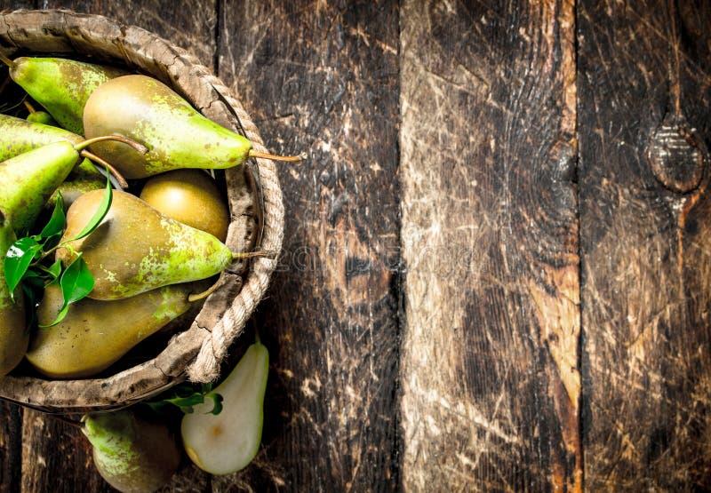 Nya päron i en trähink royaltyfri foto
