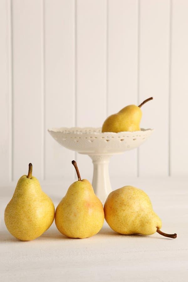 Nya päron på träcountertop royaltyfri bild