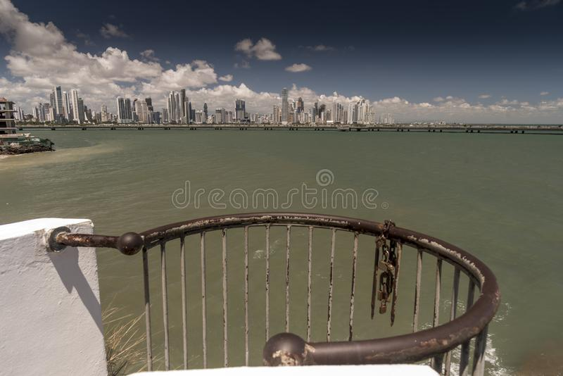 Nya Panama City från Corredor Artesanal De Casco Antiguo den gamla staden arkivbild