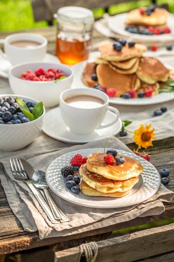 Nya pannkakor i trädgården för frukost arkivbilder