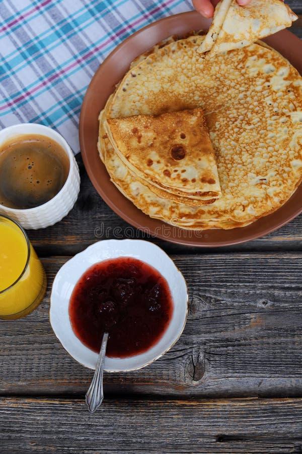 Nya pannkakor med jordgubbedriftstopp, kaffe och fruktsaft fotografering för bildbyråer