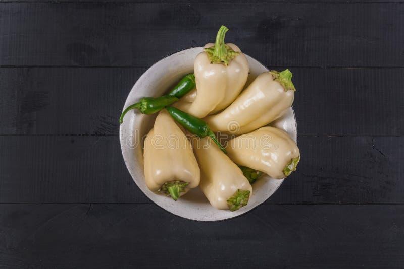 Nya peppar på träställning Vegetariska foods arkivbild