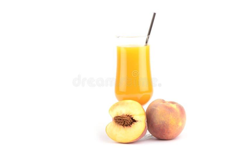 Nya persikor fruktsaft och frukt på vit bakgrund fotografering för bildbyråer