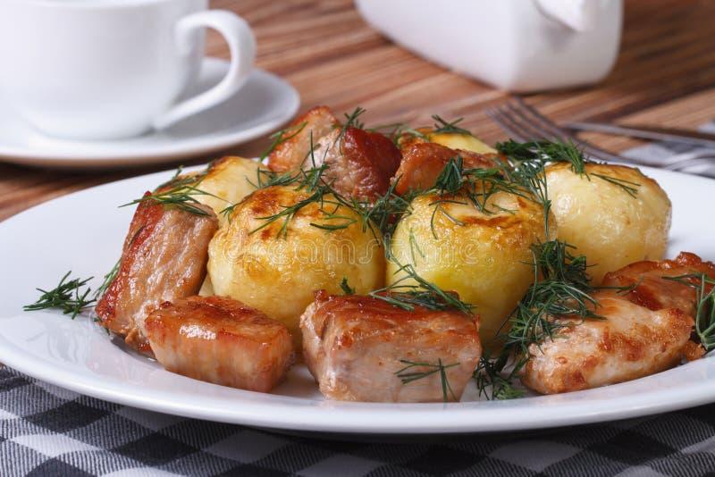 Nya potatisar med skivor och dill för stekgriskött arkivbilder