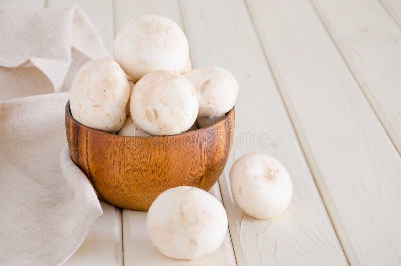 Nya r? champignons i en tr?bunke p? en vit bakgrund royaltyfri fotografi