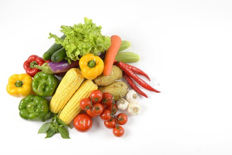 Nya rå grönsaker för sunt som isoleras på vit bakgrund rent banta för äta och sunt begrepp för organisk mat fotografering för bildbyråer