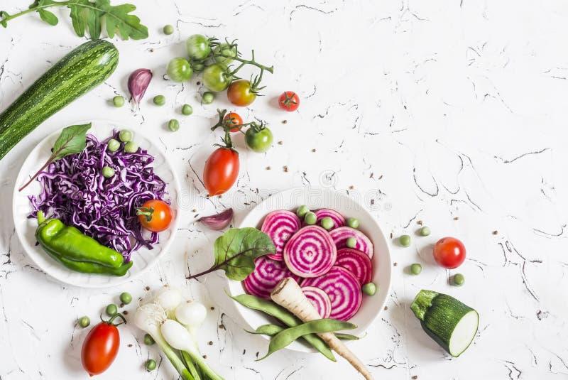 Nya rå grönsaker - röd kål, beta, zucchini, haricot vert, tomater på en ljus bakgrund royaltyfria bilder