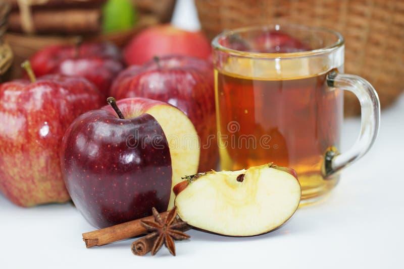 Nya röda äpplen i korgen, kanel på vit bakgrund royaltyfria bilder