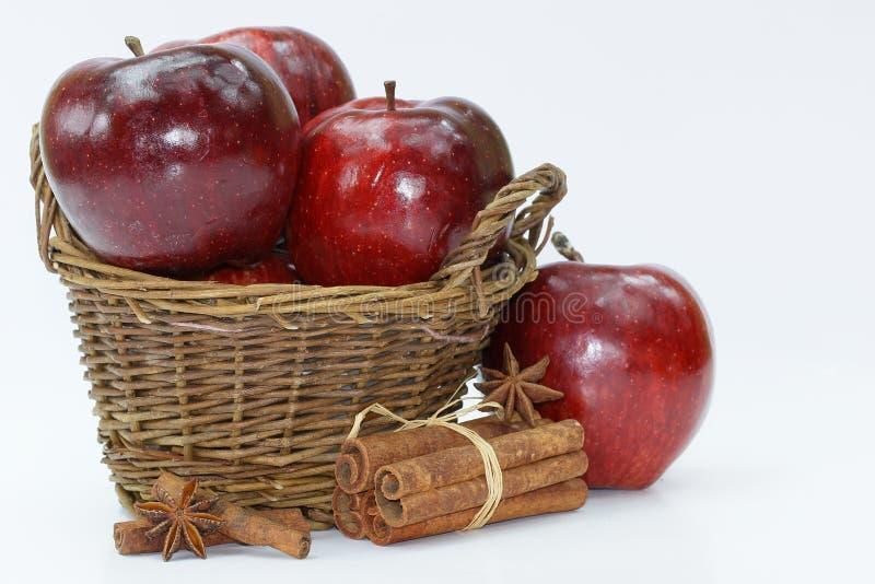 Nya röda äpplen i korgen på vit bakgrund royaltyfria bilder