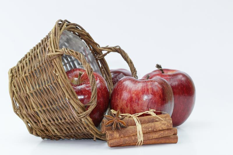 Nya röda äpplen på den röda plattan med bestick på vit bakgrund arkivbilder