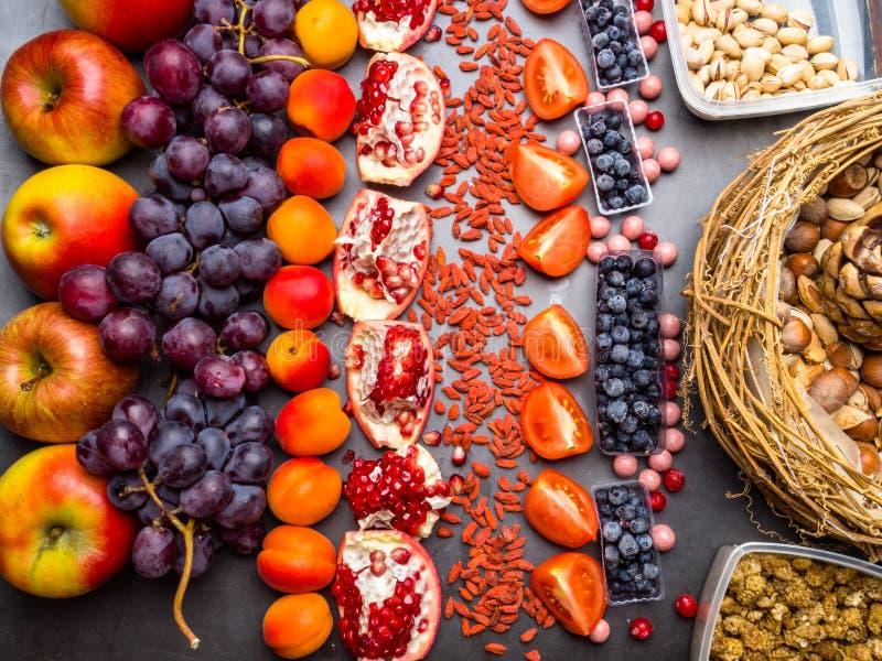 nya r?da frukter, druva, berrys och muttrar, resveratrol, vitamin, antioxidants royaltyfri bild